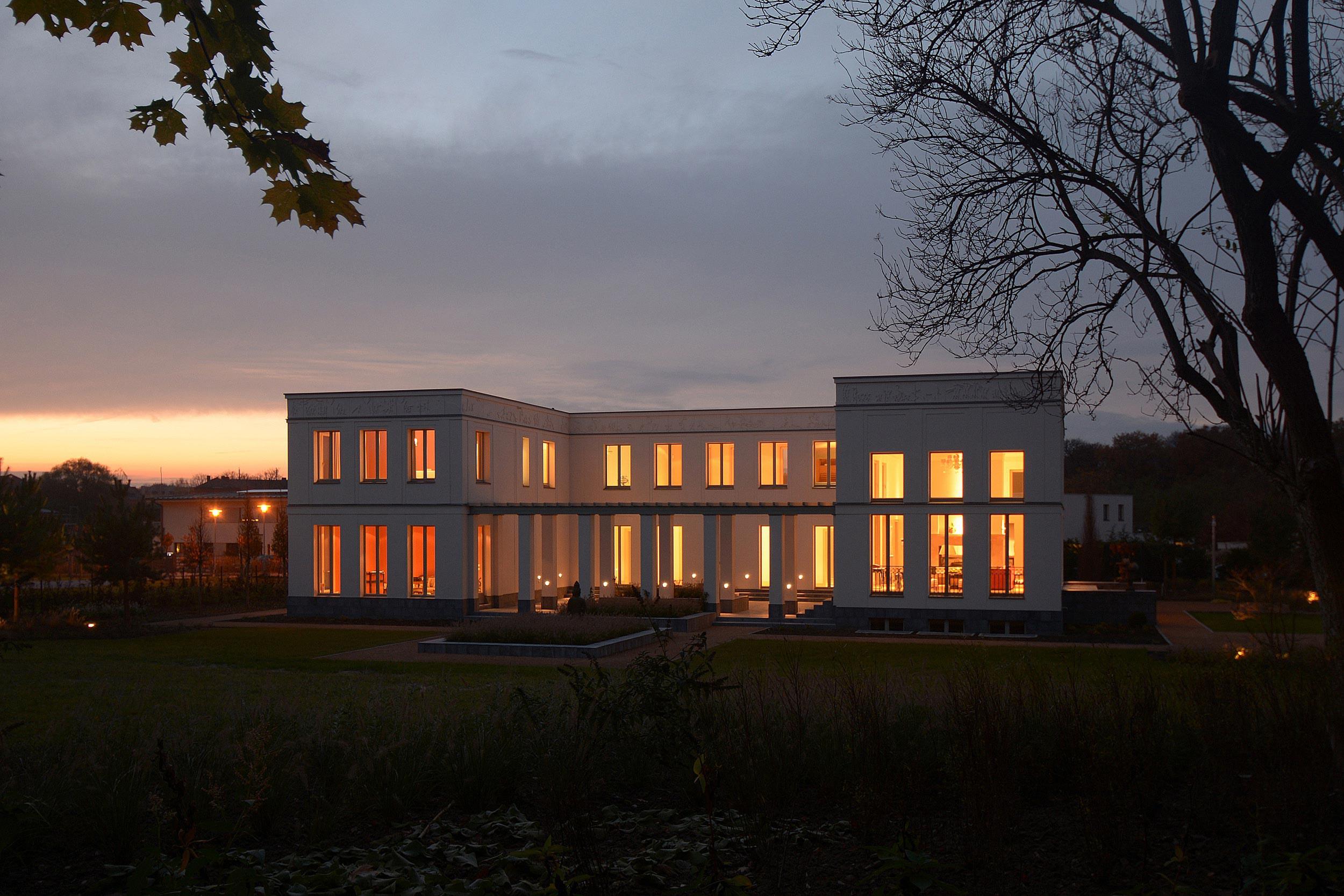KLASSIK UND TRADITION - Neubau klassizistische Villa - Bei Nacht besitzt der Innenhof einen besonderen Reiz.