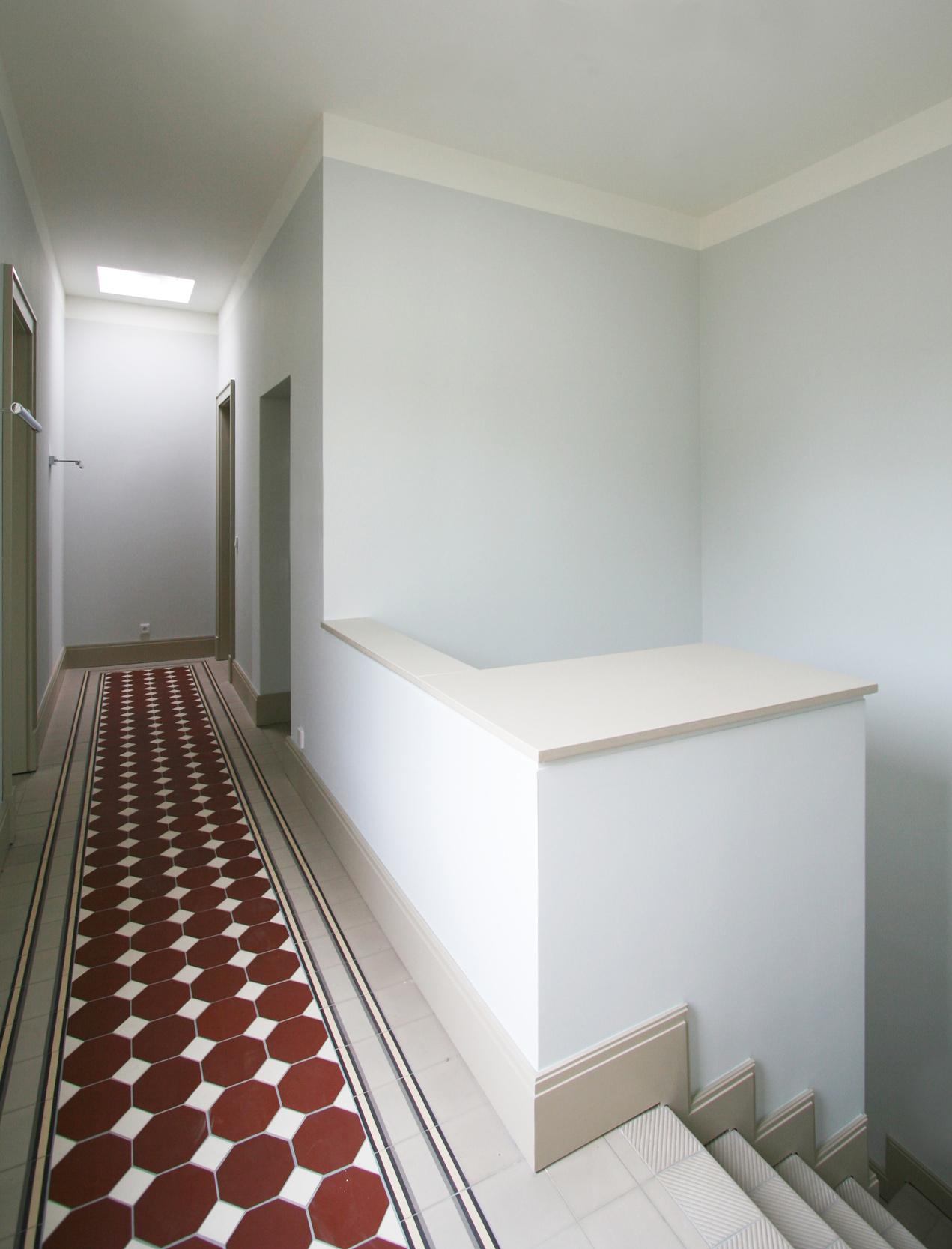 KLASSIK UND TRADITION - Neubau klassizistische Villa - Alle Flure wurden mit ornamentierten Tonfliesen belegt.