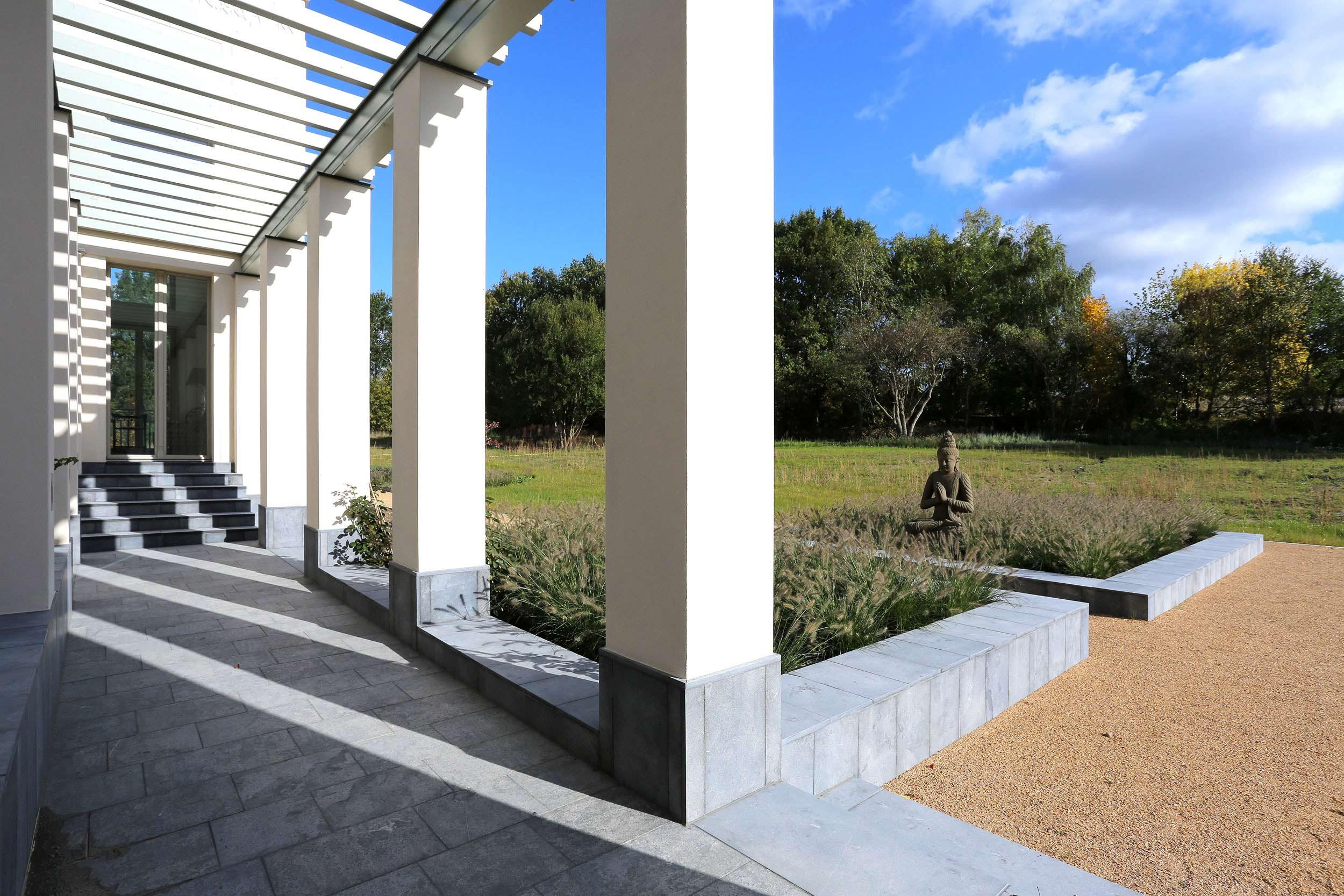 KLASSIK UND TRADITION - Neubau klassizistische Villa - Vom Pergolagang aus hat man Ausblick in die Landschaft.