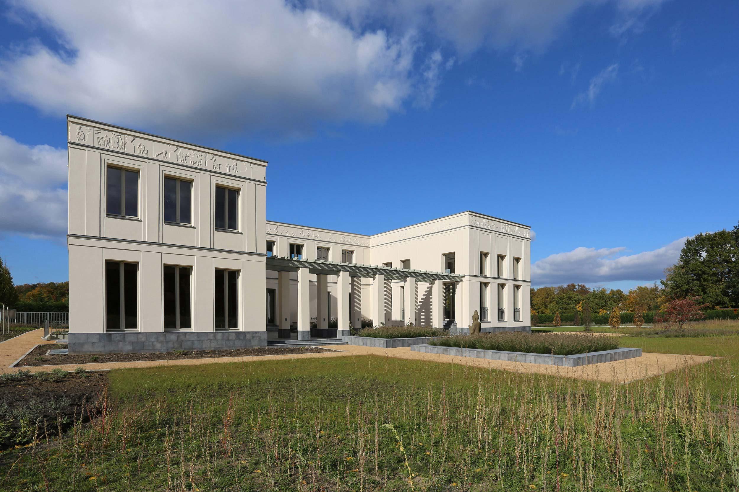KLASSIK UND TRADITION - Neubau klassizistische Villa - Fein profilierte Gesimse, Pilaster und Faschen gliedern die Fassade.