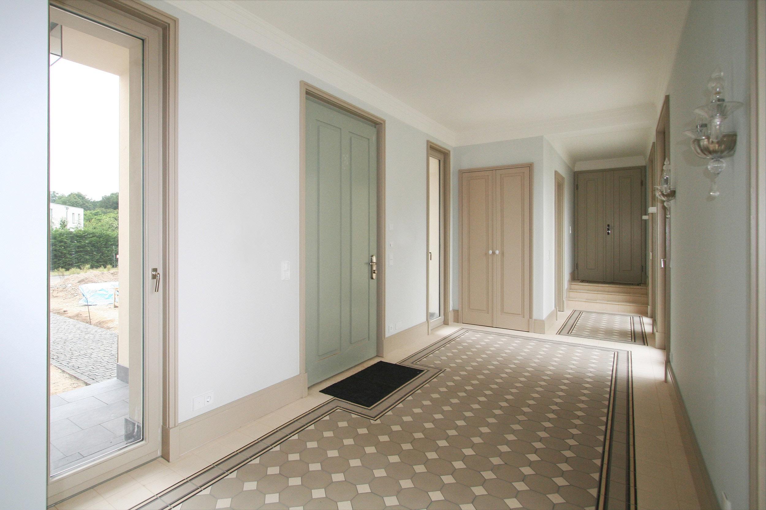 KLASSIK UND TRADITION - Neubau klassizistische Villa - Das Vestibül mit Wandschränken und Fenstergewänden aus Holz.
