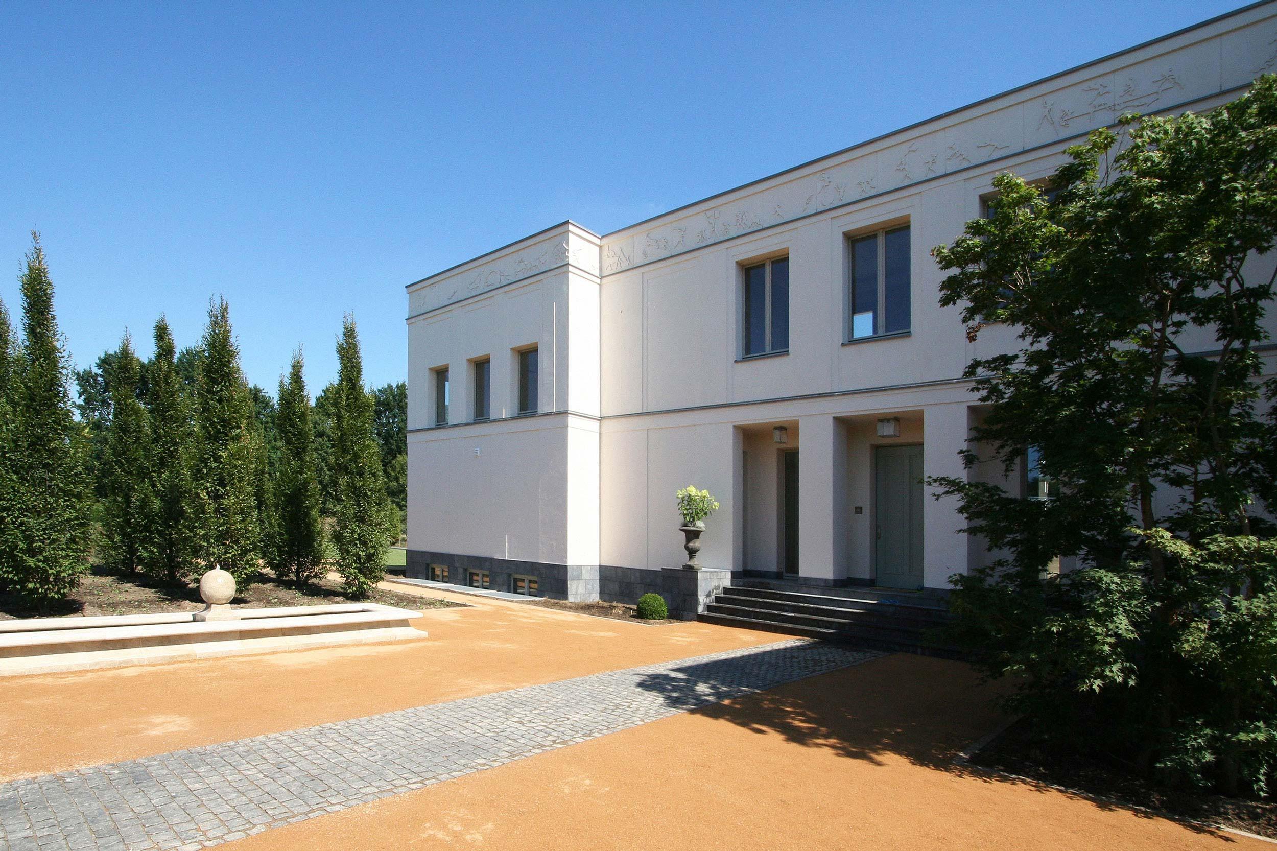 KLASSIK UND TRADITION - Neubau klassizistische Villa - Über die Vorfahrt mit Brunnenanlage erreicht man das Hauptportal