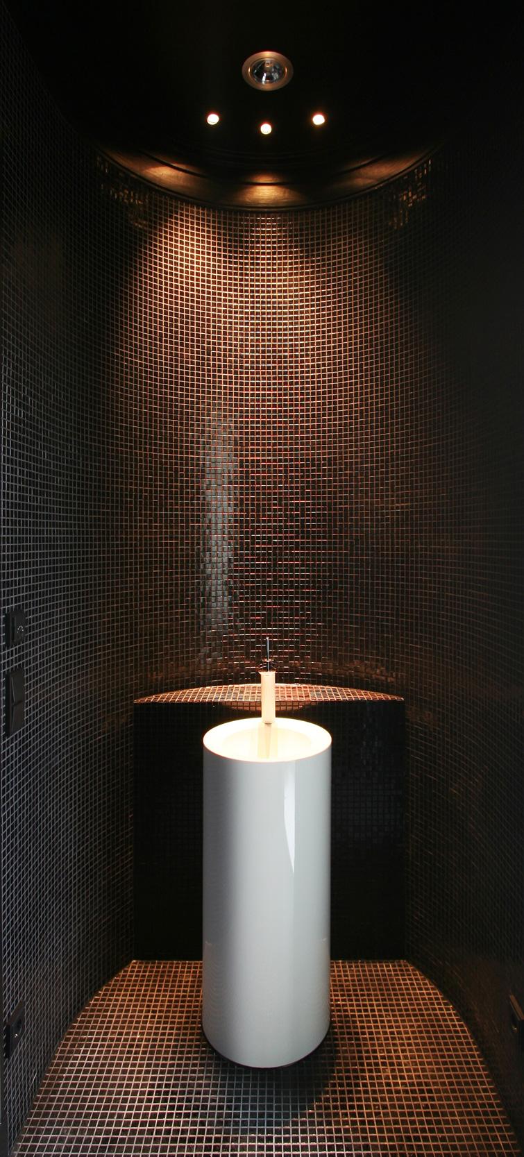 KLASSIK UND TRADITION - Neubau klassizistische Villa - Das Gäste-WC mit weißer Waschstele und schwarzem Glasmosaik.