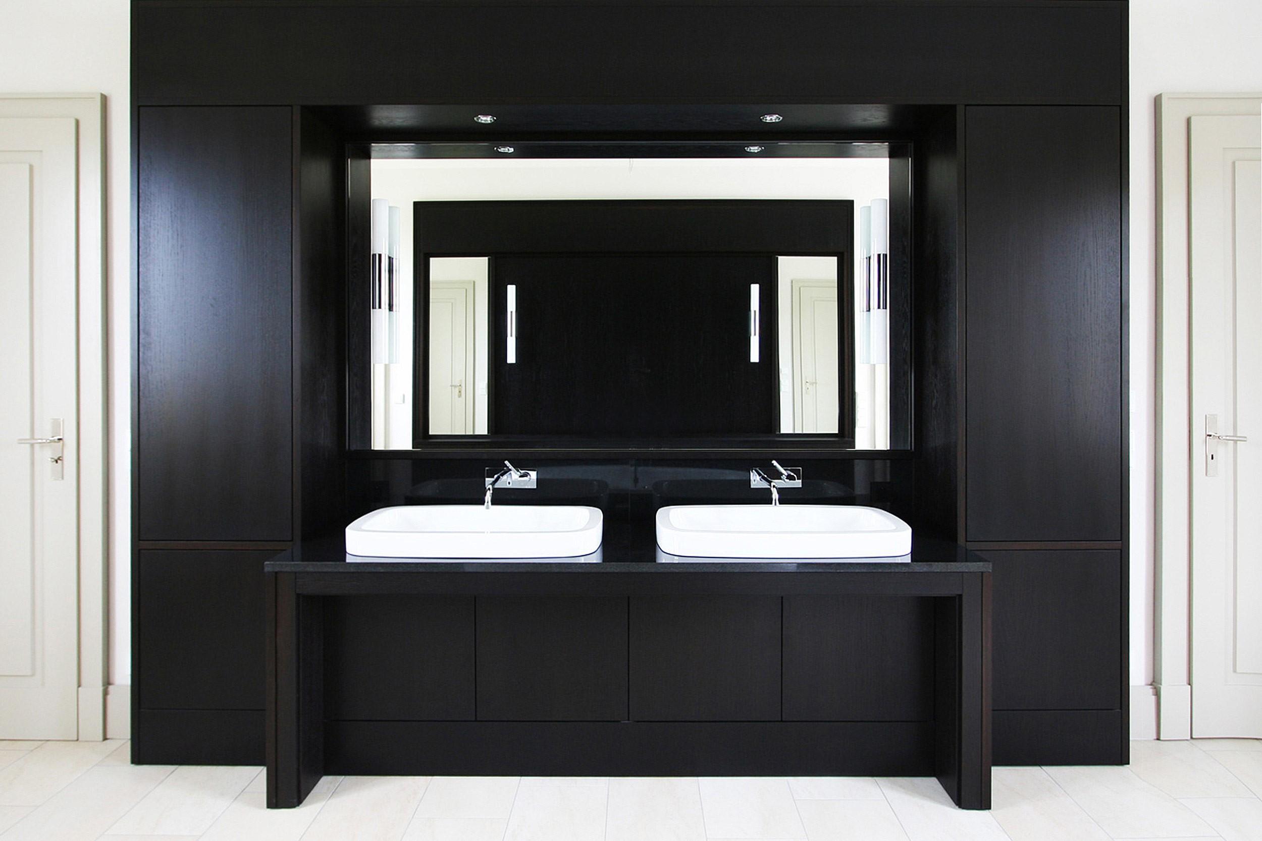 KLASSIK UND TRADITION - Neubau klassizistische Villa - Die weißen Waschtische wurden in ein Schrankmöbel aus dunkler Eiche eingebaut.