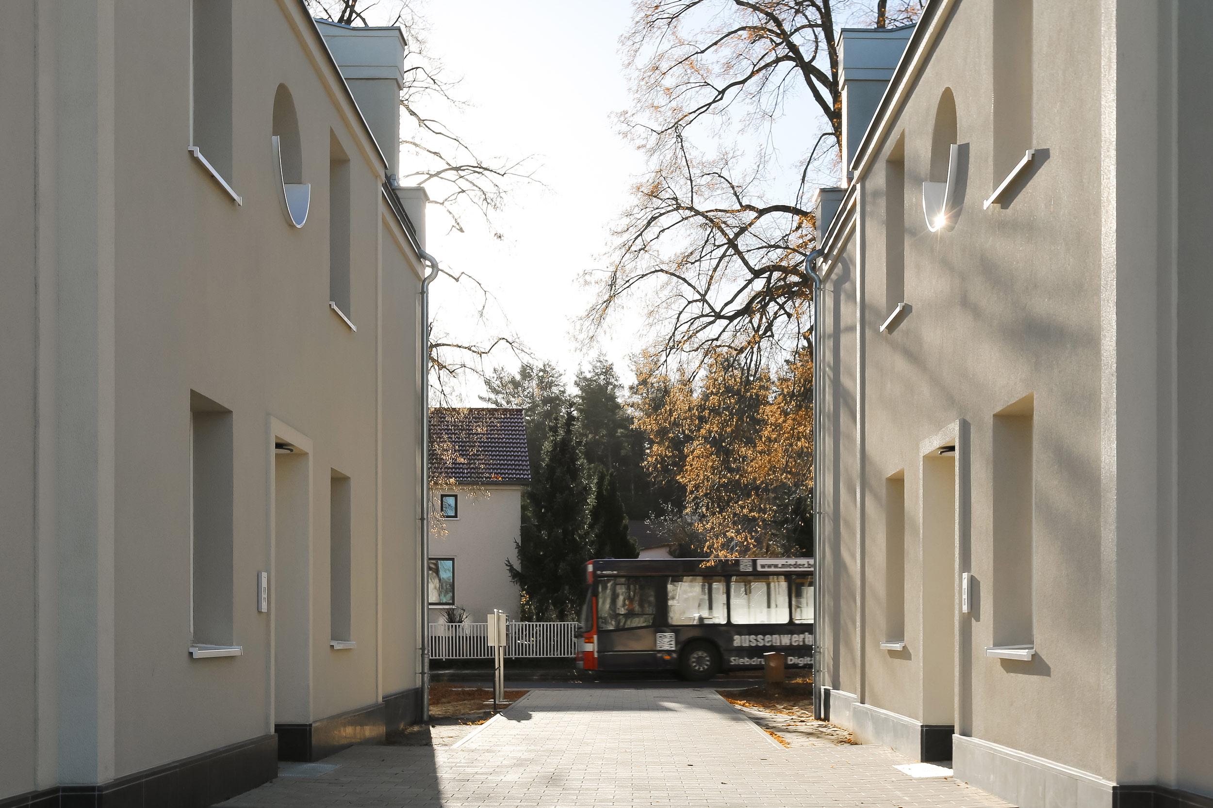 Neubau von Eigentumswohnungen im traditionellen Stil Berlin - Die Zugänge zu den Häusern liegen an einer Piazza.