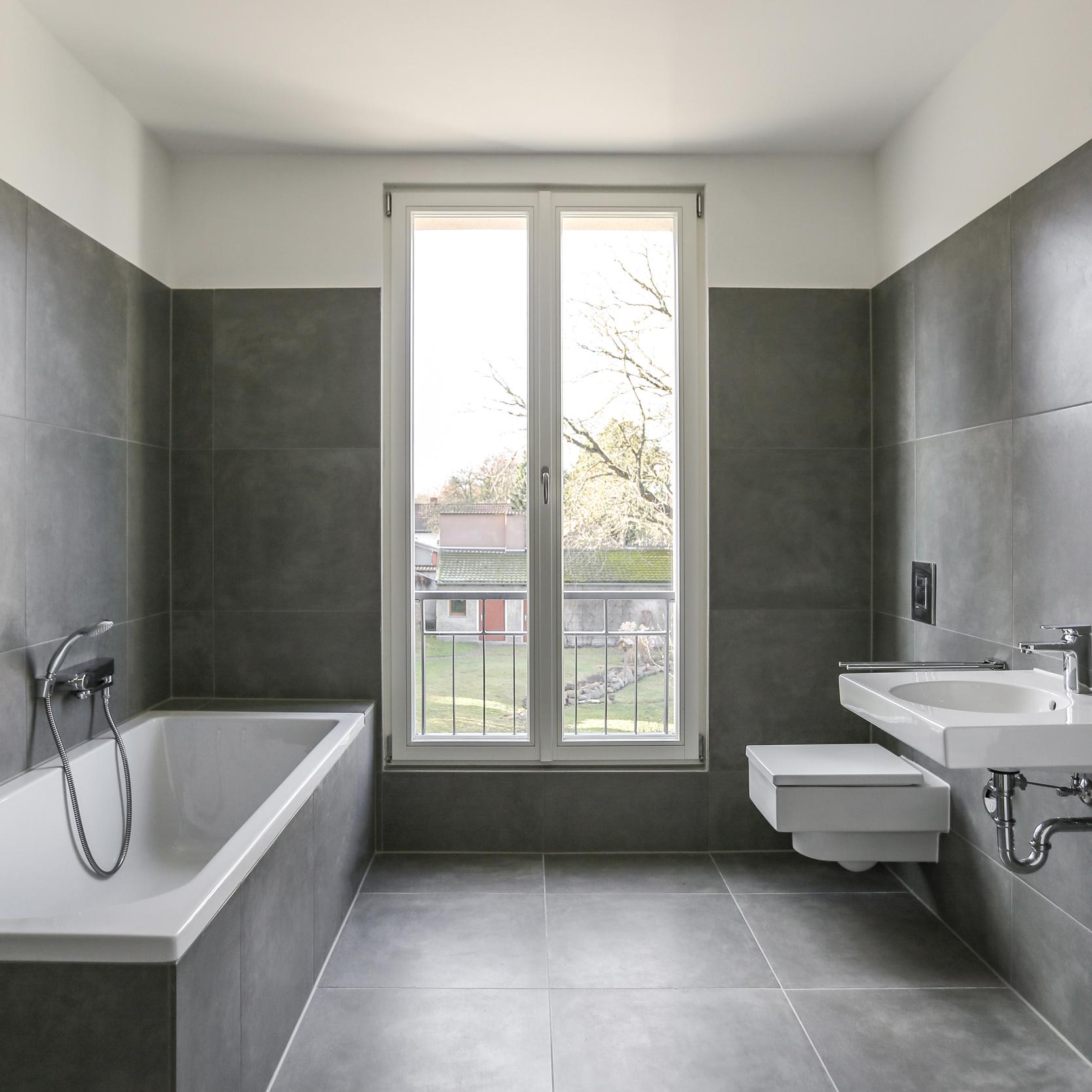 Neubau von Eigentumswohnungen im traditionellen Stil Berlin - Bäder im minimalistischen Design mit großformatigen Plattenbelägen.