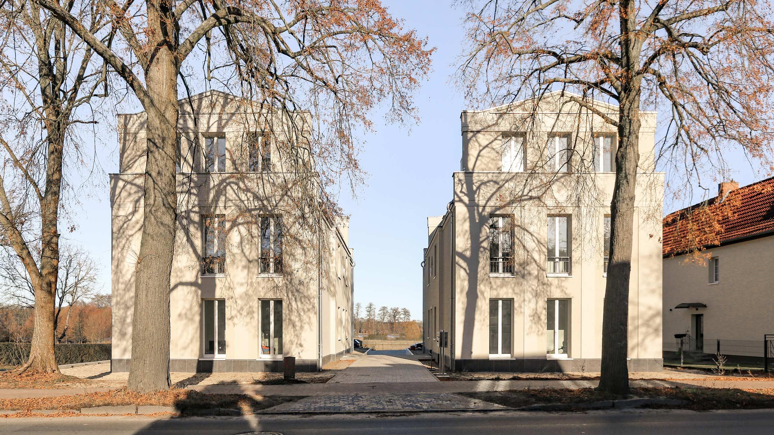 Neubau von Eigentumswohnungen im traditionellen Stil Berlin - Die beiden Mehrfamilienwohnhäuser liegen an einer gemeinsamen Piazza.
