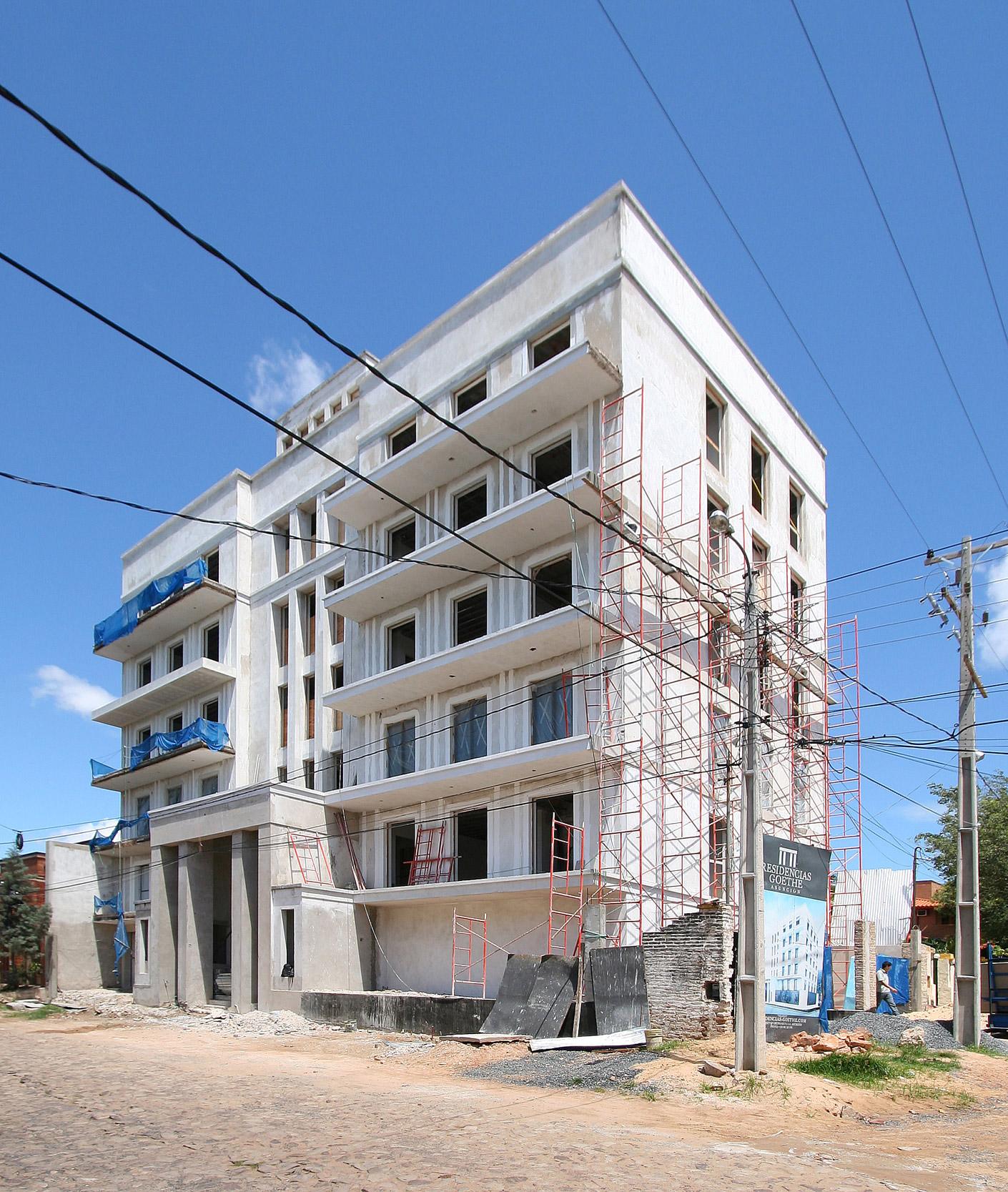 GOETHE RESIDENZEN - Neubau eines Appartementhauses mit exklusiven Wohnungen - Die Gebäudehülle wird hauptsächlich durch leuchtendes Grau-Weiß geprägt.