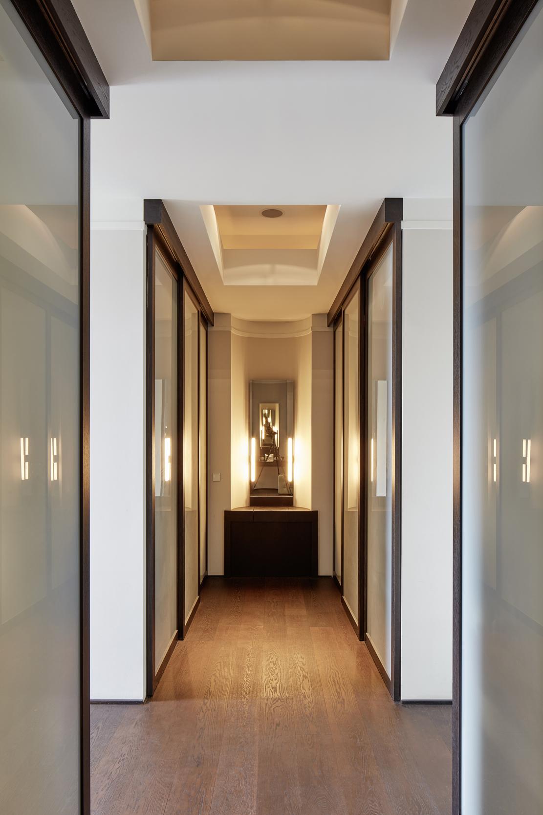 Neubau einer Villa in klassisch-traditioneller Architektursprache - Der Blick auf den Schminktisch der Ankleide aus dunkler Eiche