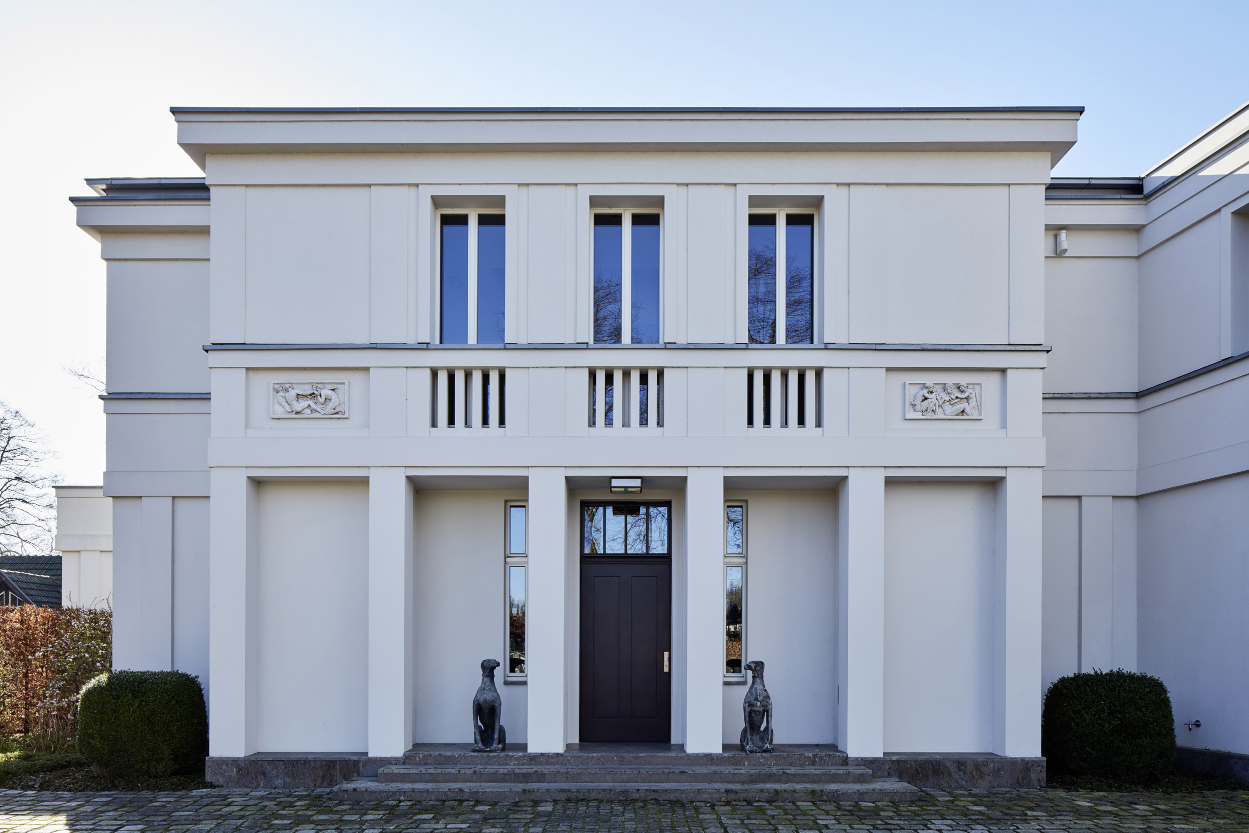 Neubau einer Villa in klassisch-traditioneller Architektursprache am See - Das Hauptportal der Villa mit Reliefs von Schinkels Bauakademie