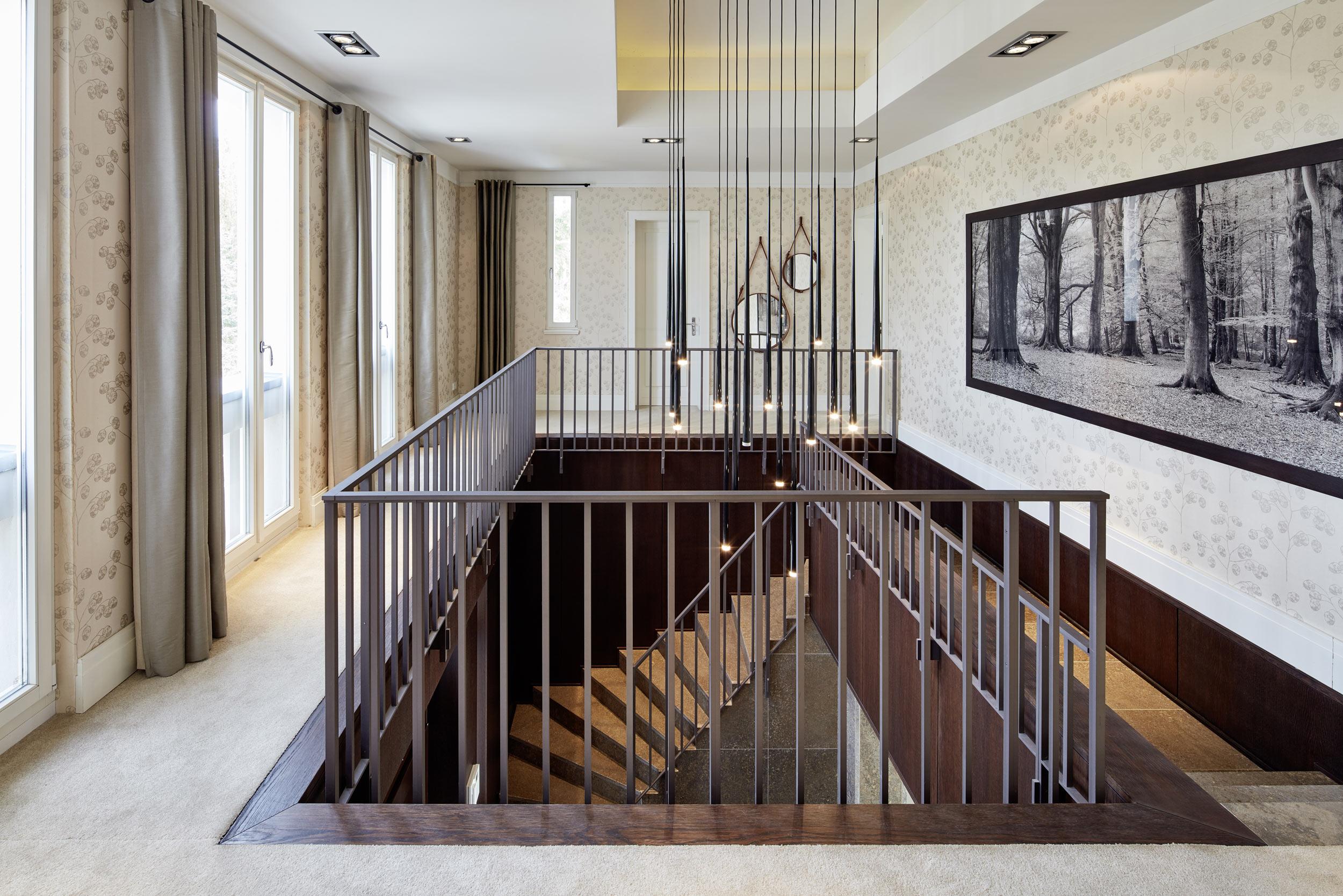 Neubau einer Villa in klassisch-traditioneller Architektursprache - Die Galerie im Obergeschoss mit einem Metallgeländer aus Baubronze