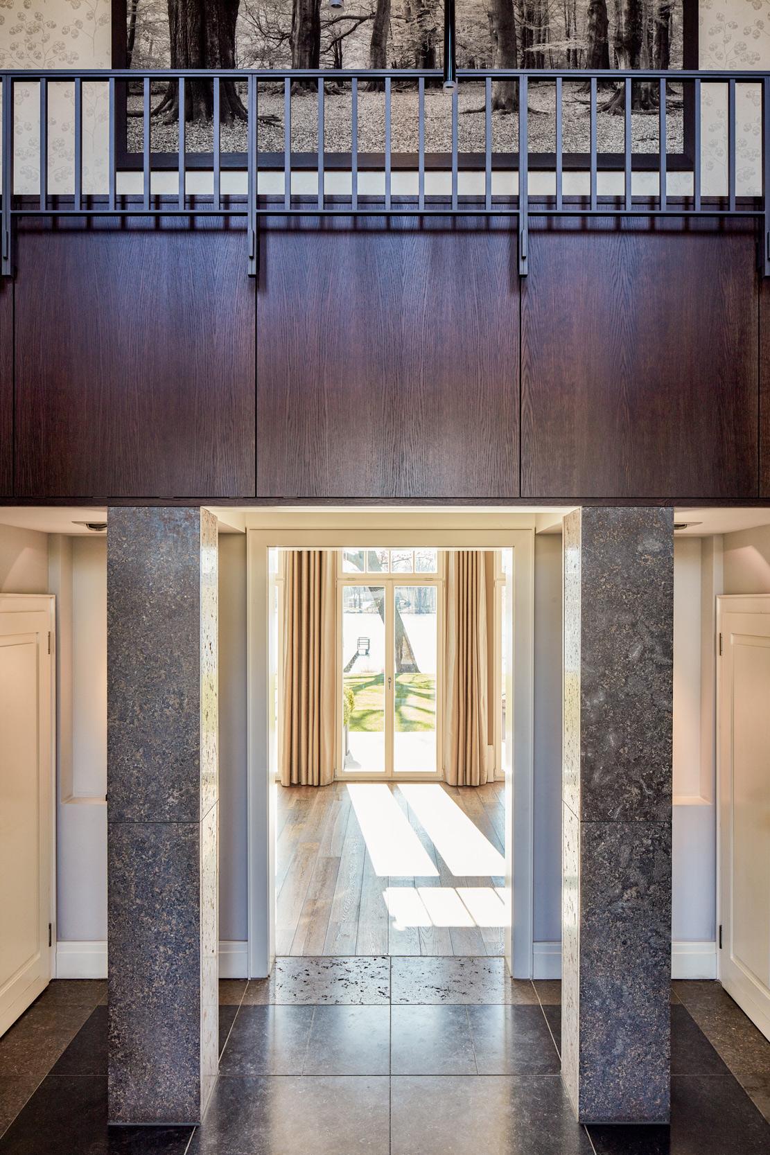 Neubau einer Villa in klassisch-traditioneller Architektursprache - Vom Haupteingang aus hat man über die Galerie direkte Sicht zum See.