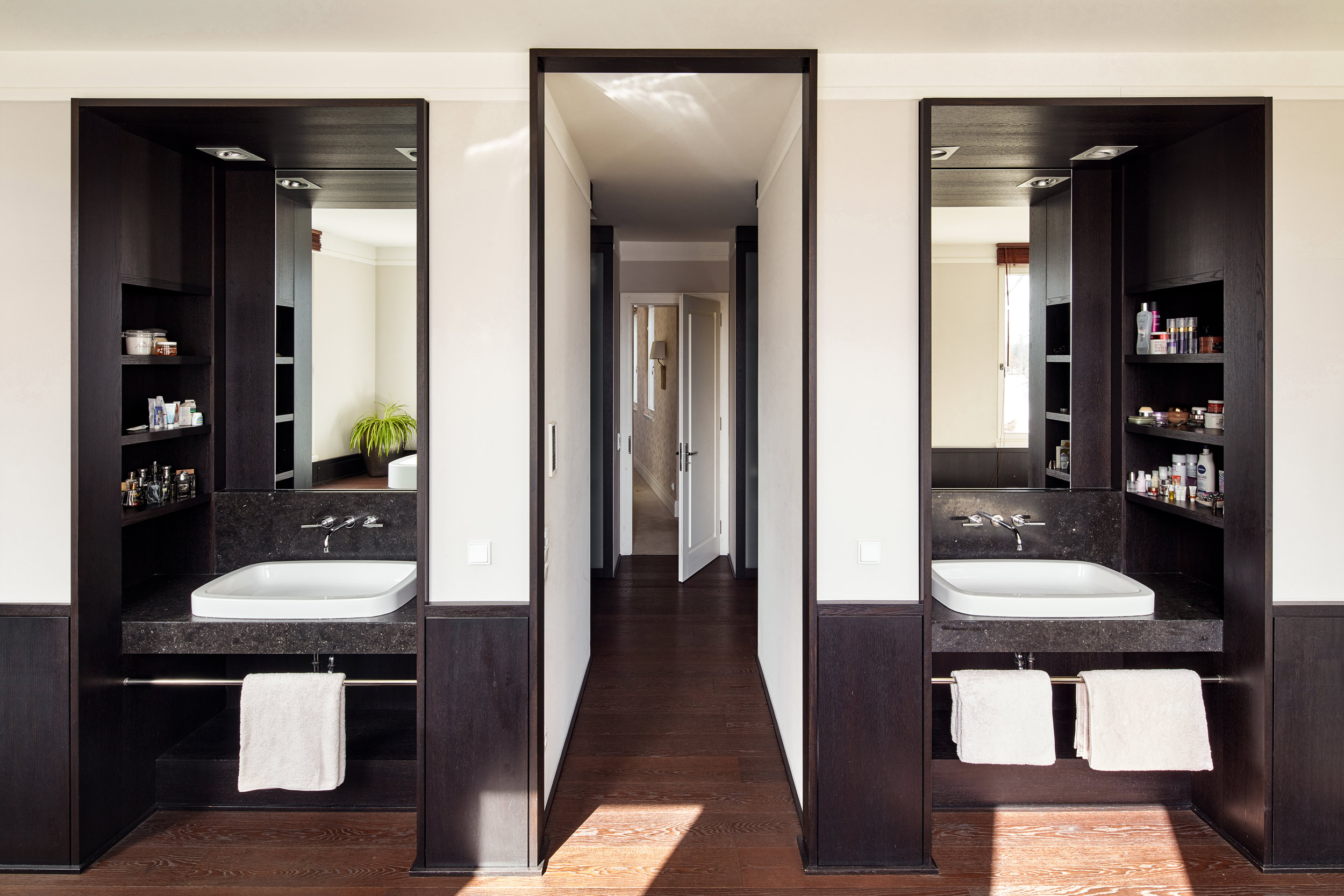 Neubau einer Villa in klassisch-traditioneller Architektursprache - Das Masterbad mit hangefertigten Einbauten aus Wenge-Holz