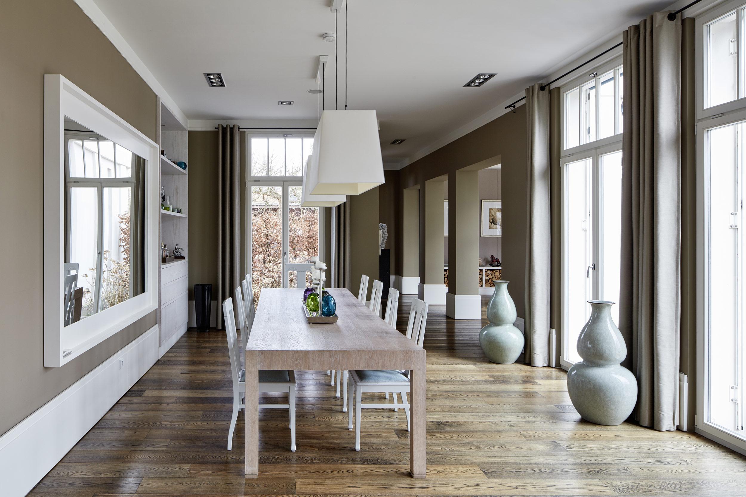 Neubau einer Villa in klassisch-traditioneller Architektursprache am See - Das Speisezimmer mit handgefertigten Möbeln und Einbauten