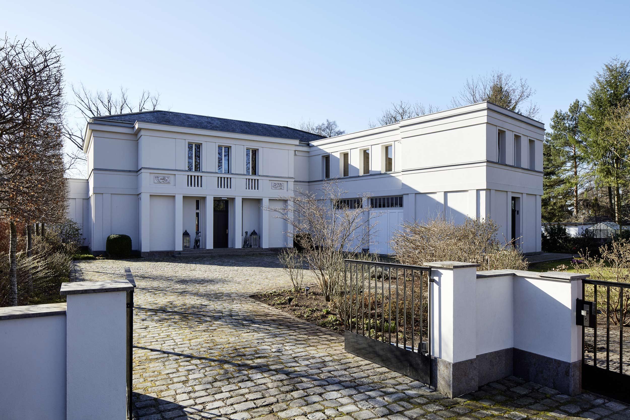 Neubau einer Villa in klassisch-traditioneller Architektursprache am See - Die Vorfahrt zur Villa mit Hauptportal und Nebengebäude