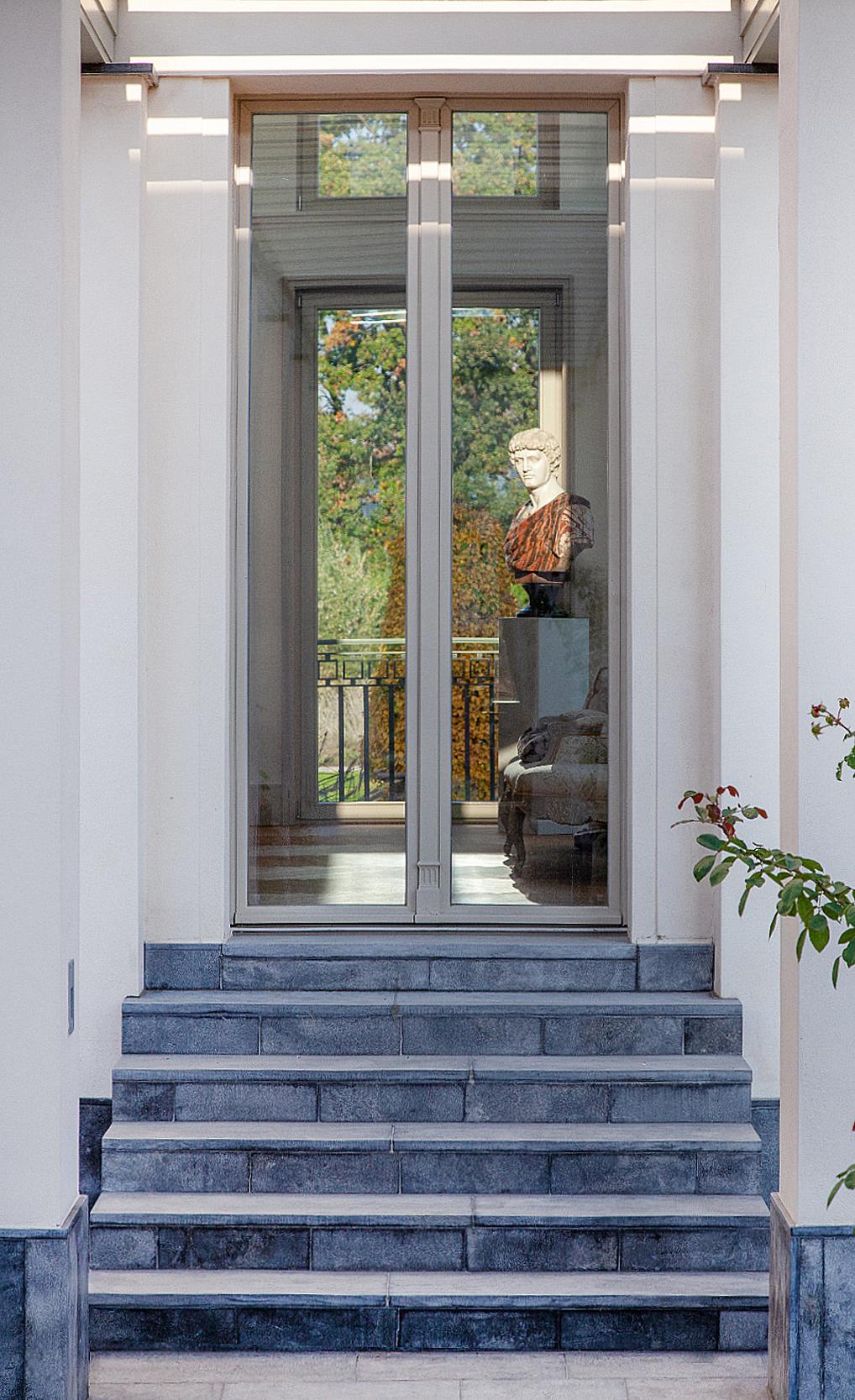 KLASSIK UND TRADITION - Neubau einer klassizistischen Villa - Klassische Architektur-Details erzeugen die Anmutung der Vorbilder der Antike.