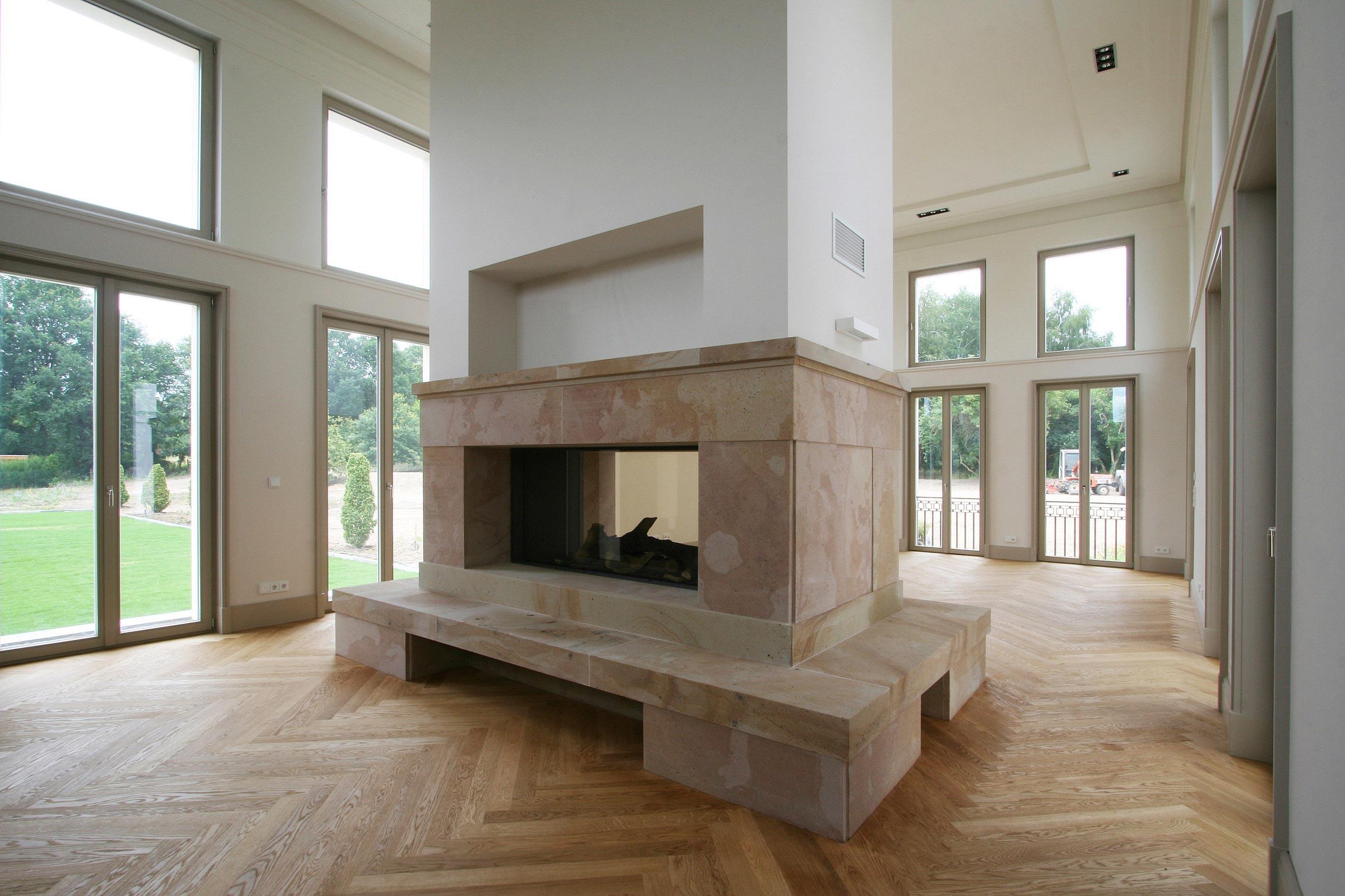 KLASSIK UND TRADITION - Die Wohnhalle ist doppelgeschossig hoch. Ein großer Kamin in der Raummitte der Halle ist zweiseitig.