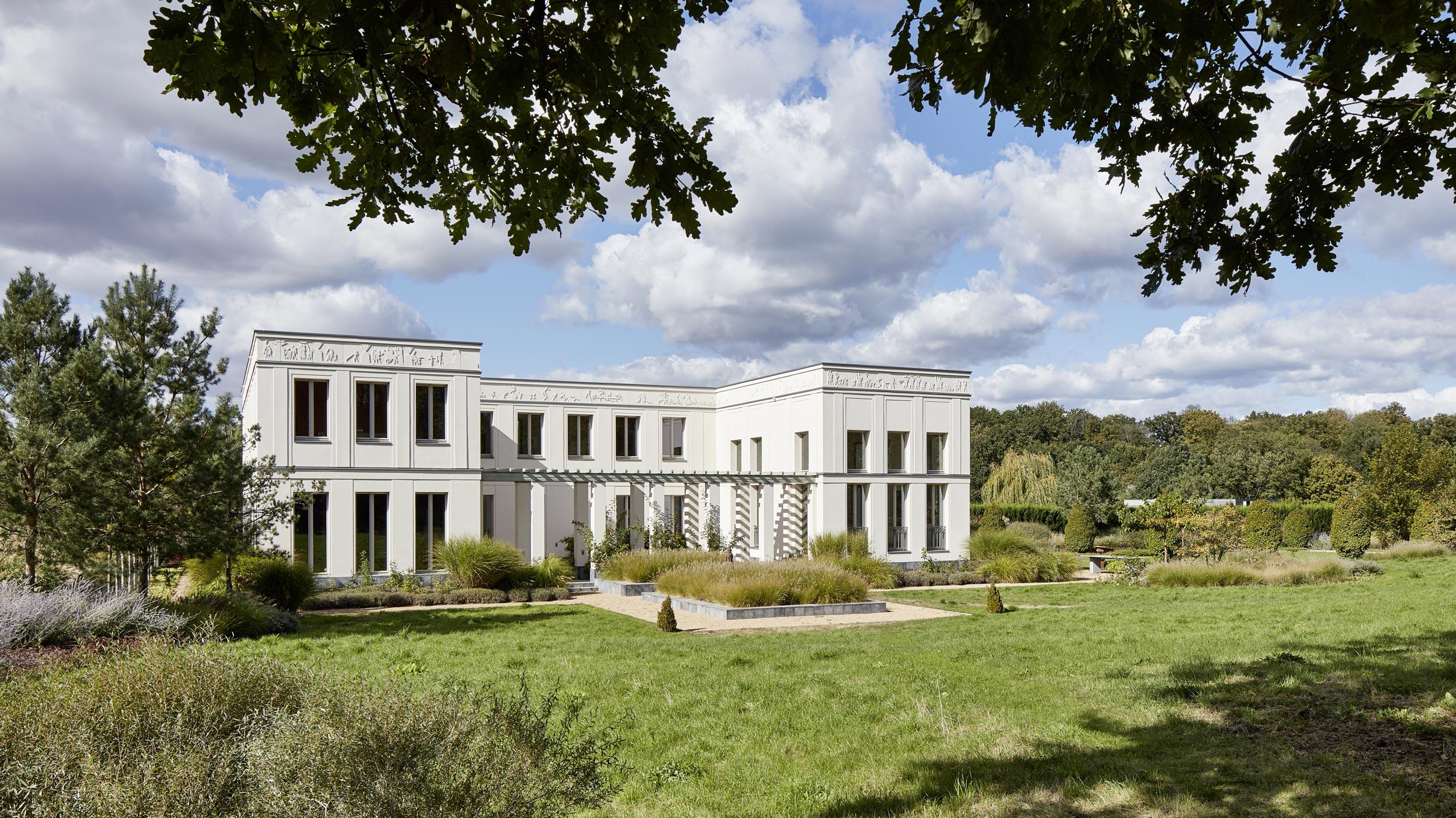 Klassik und Tradition - Die Orientierung der dreiflügligen Villa zum Garten hin ermöglicht allen Wohnräumen den Ausblick auf Garten und Landschaft.