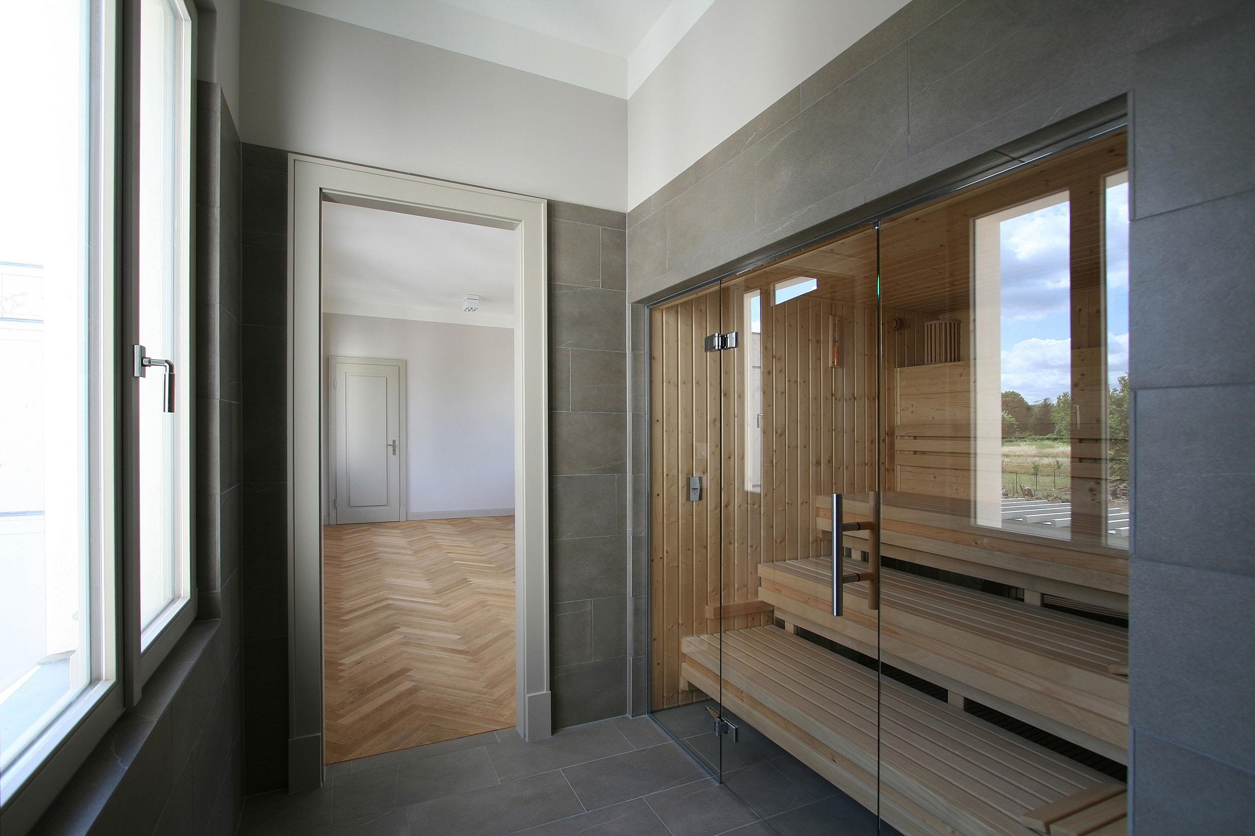 Klassik und Tradition - Im Obergeschoss der Villa befindet sich der SPA-Bereich mit Sauna. Durch die Vollverglasung hat man Aussicht in den Garten.