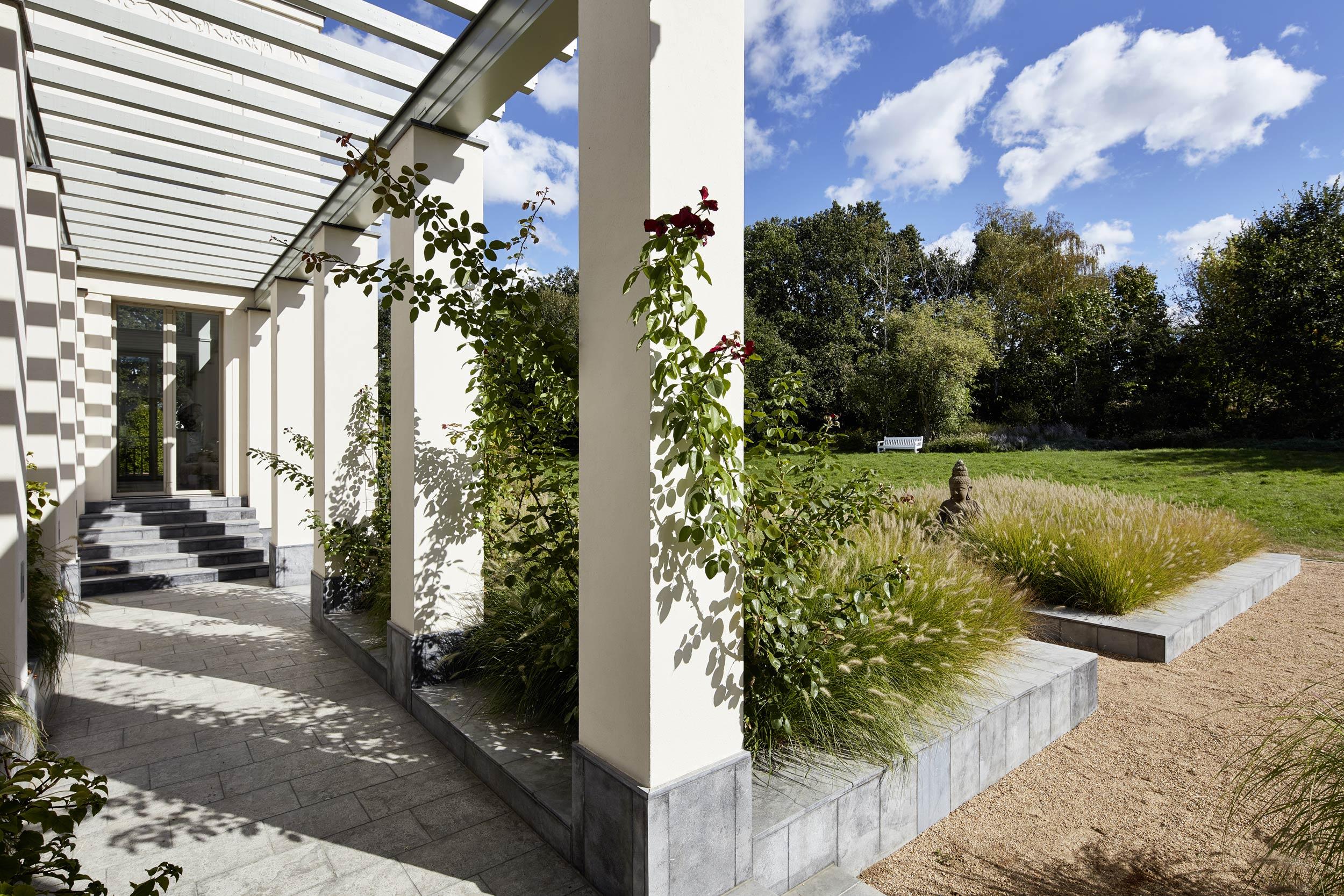 Klassik und Tradition - Der Pergola-Gang verbindet den Patio mit dem Garten und der umgebenden Landschaft.