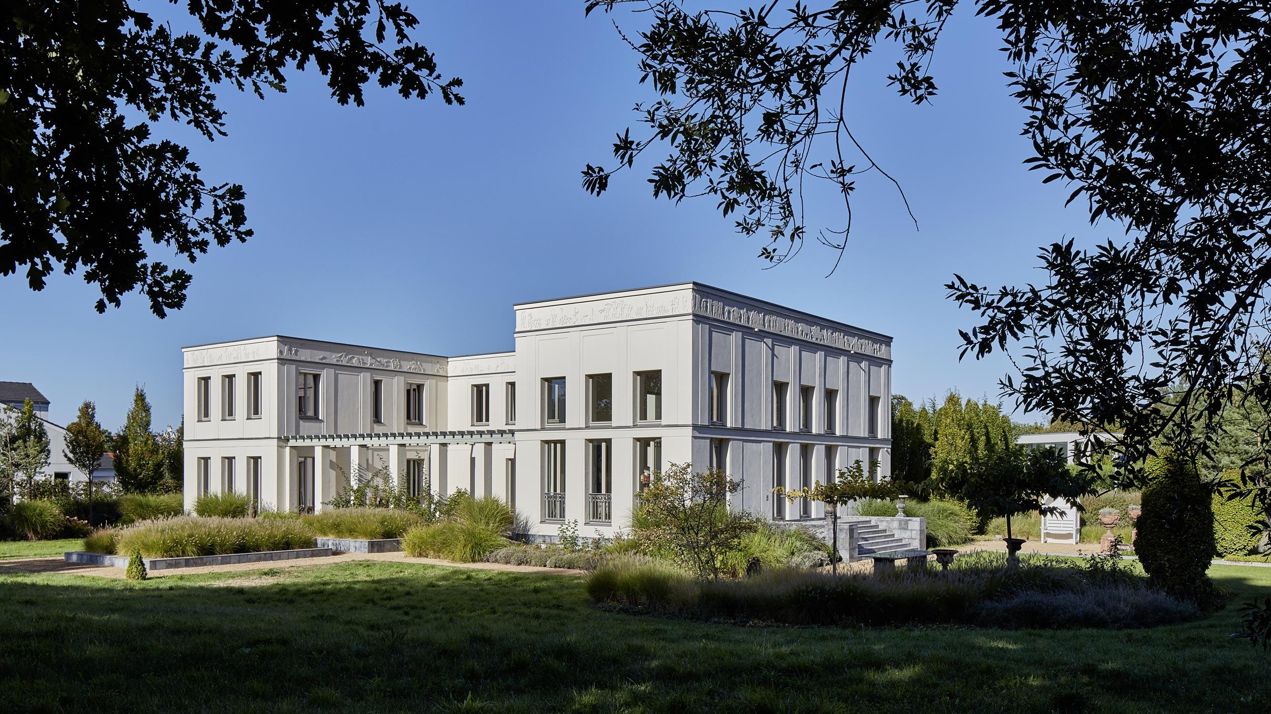 """Klassik und Tradition - Die Bauherren wünschten eine """"Weiße Villa"""" in einem grünen Landschaftsgarten mit provenzalischer Gartengestaltung."""