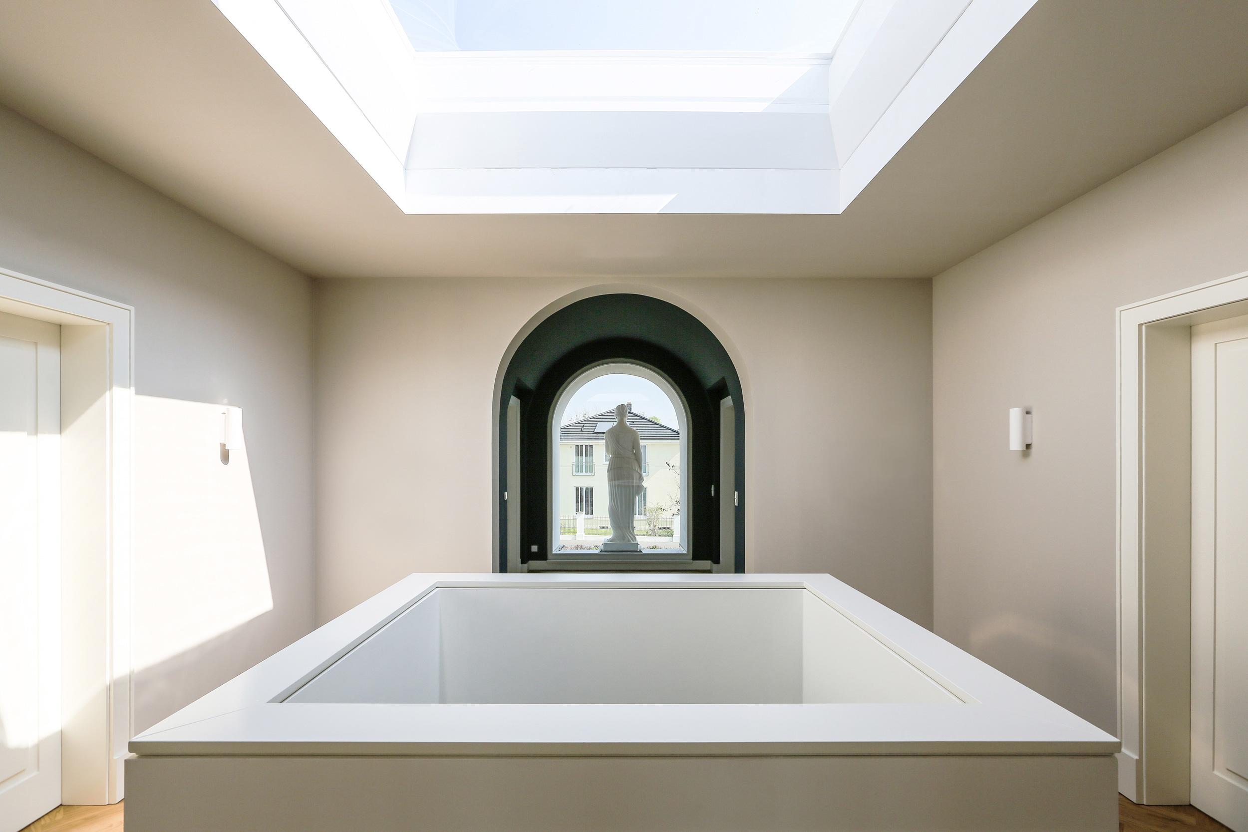 Neubau einer Villa im Klassik-Stil in Potsdam - Die Galerie der Halle im Obergeschoss mit dem klarverglasten Oberlicht Oberlicht
