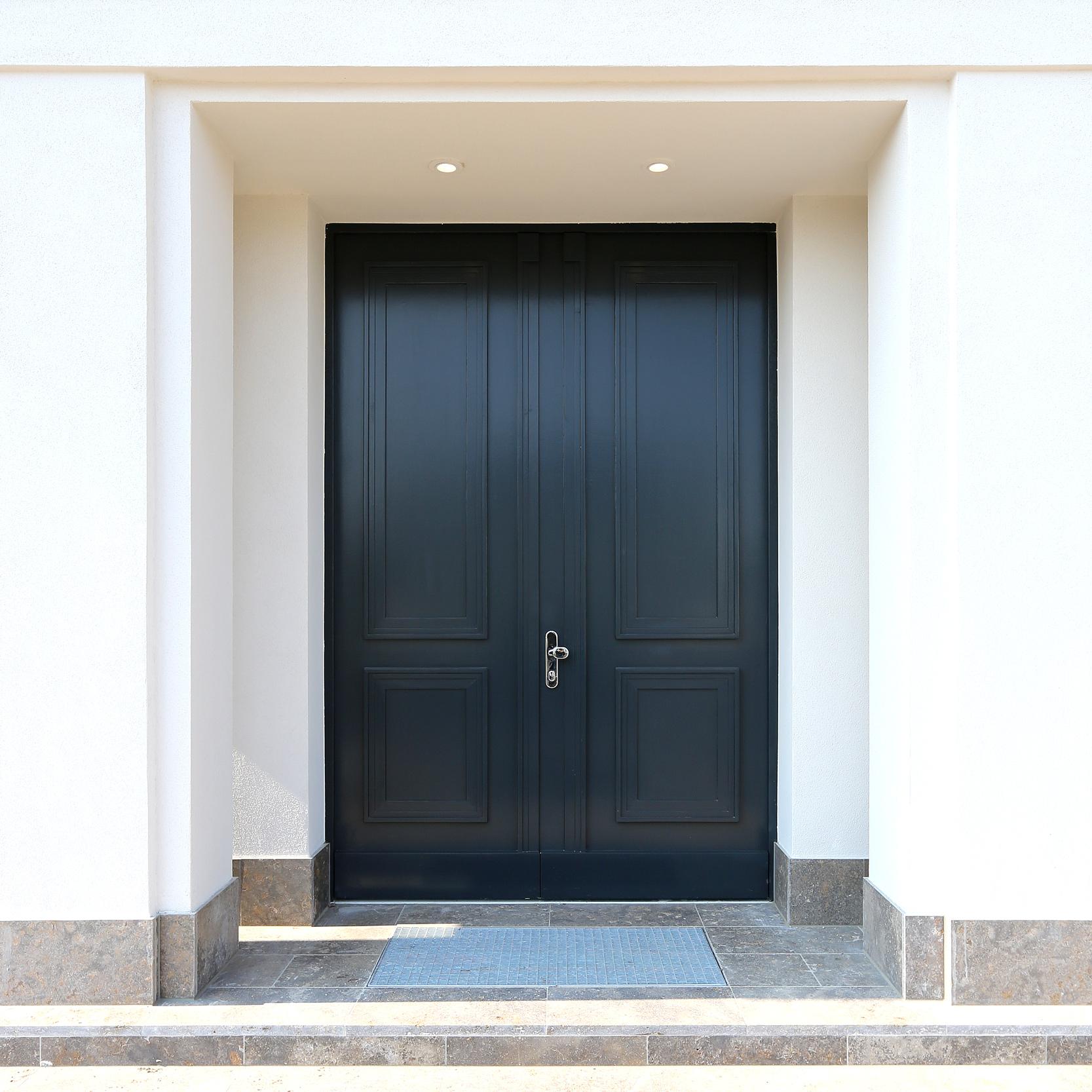 Handgefertigte Eingangstür mit Kassetten - Neubau einer Villa im Klassik-Stil