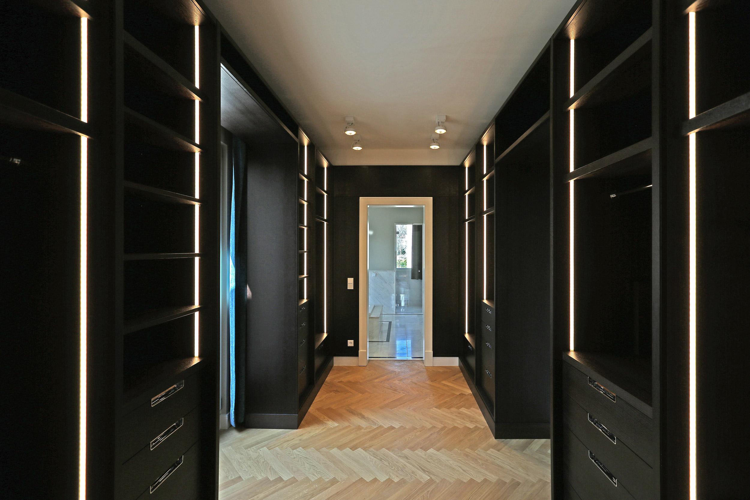 Neubau einer Villa im Klassik-Stil in Potsdam - Die Möbelausbauten der Ankleide sind eine Spezialanfertigung aus Massivholz.