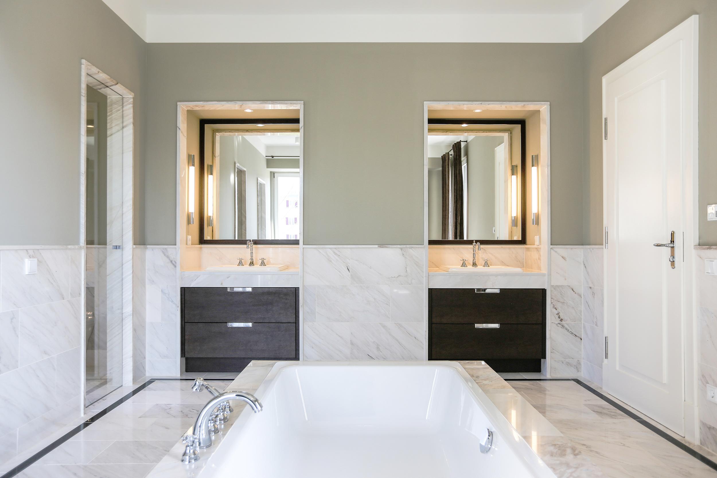 Neubau einer Villa im Klassik-Stil in Potsdam - Im Masterbad wurden in die Wandverkleidungen aus Marmor die Nischen der Waschtische eingearbeitet.