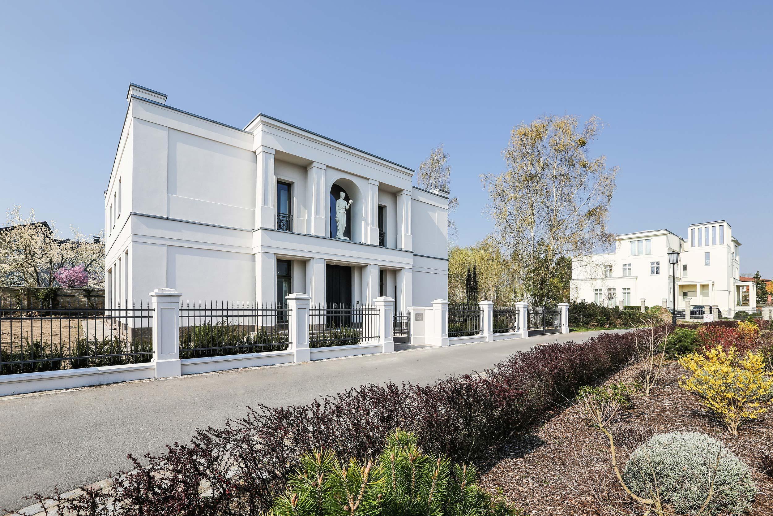 Neubau einer Villa im Klassik-Stil in Potsdam - Haus, Garten- und Zaunanlage ordnen sich in seiner Gesamterscheinung in den baulichen Kontext ein.
