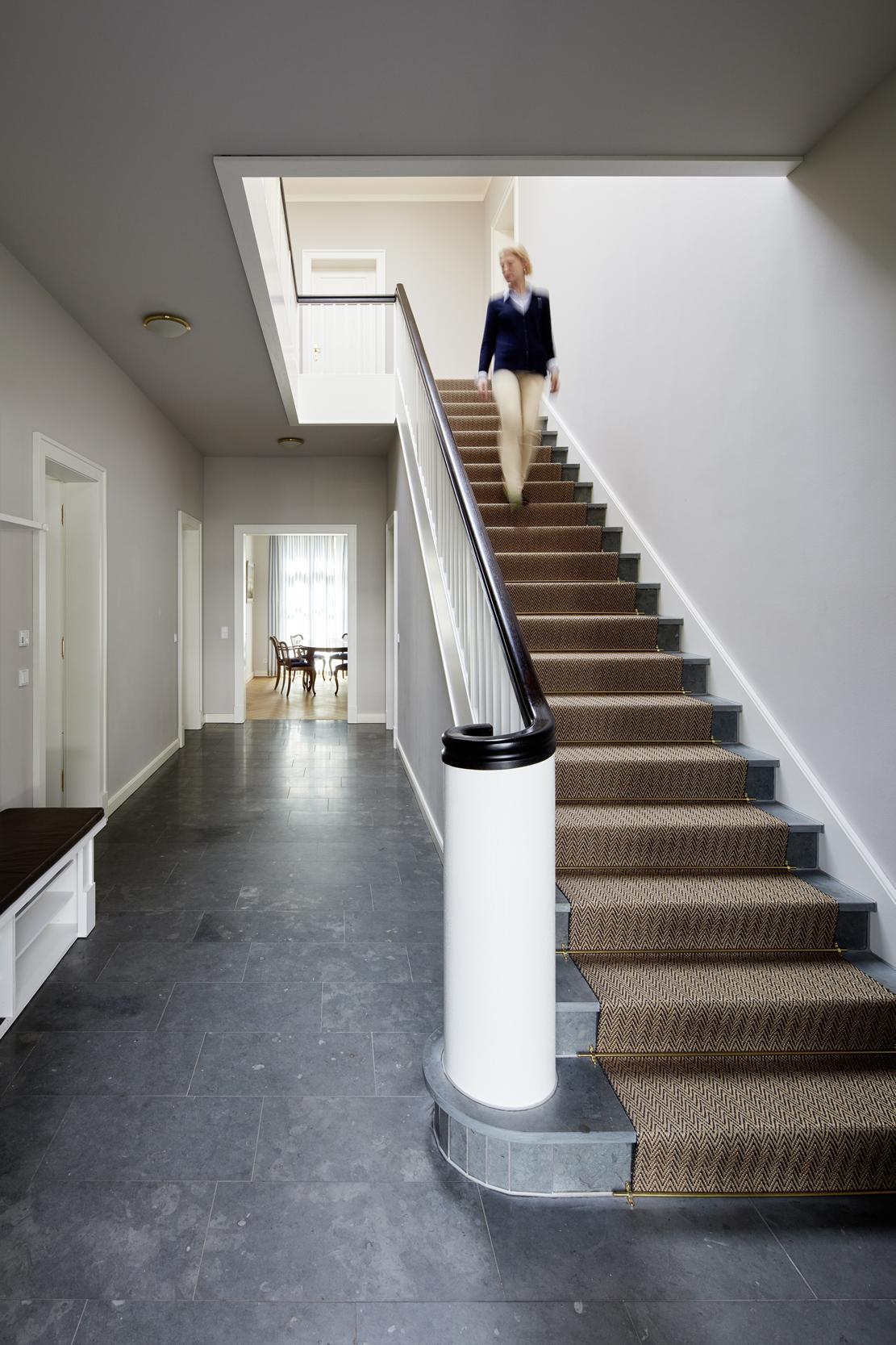 Natursteinboden im Eingangsbereich - Villa in klassisch traditionellem Stil