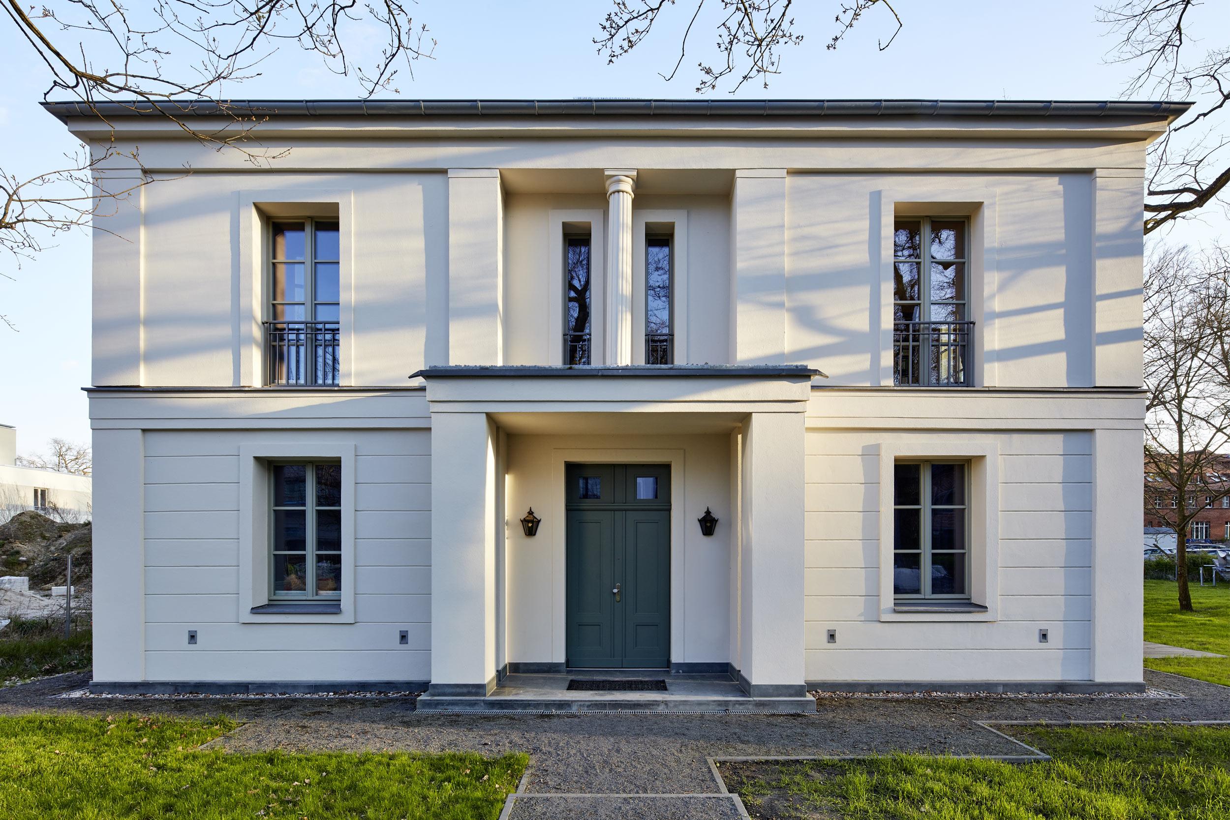 Villa in klassisch traditionellem Baustil - Eingangsportal Vordach Säulen