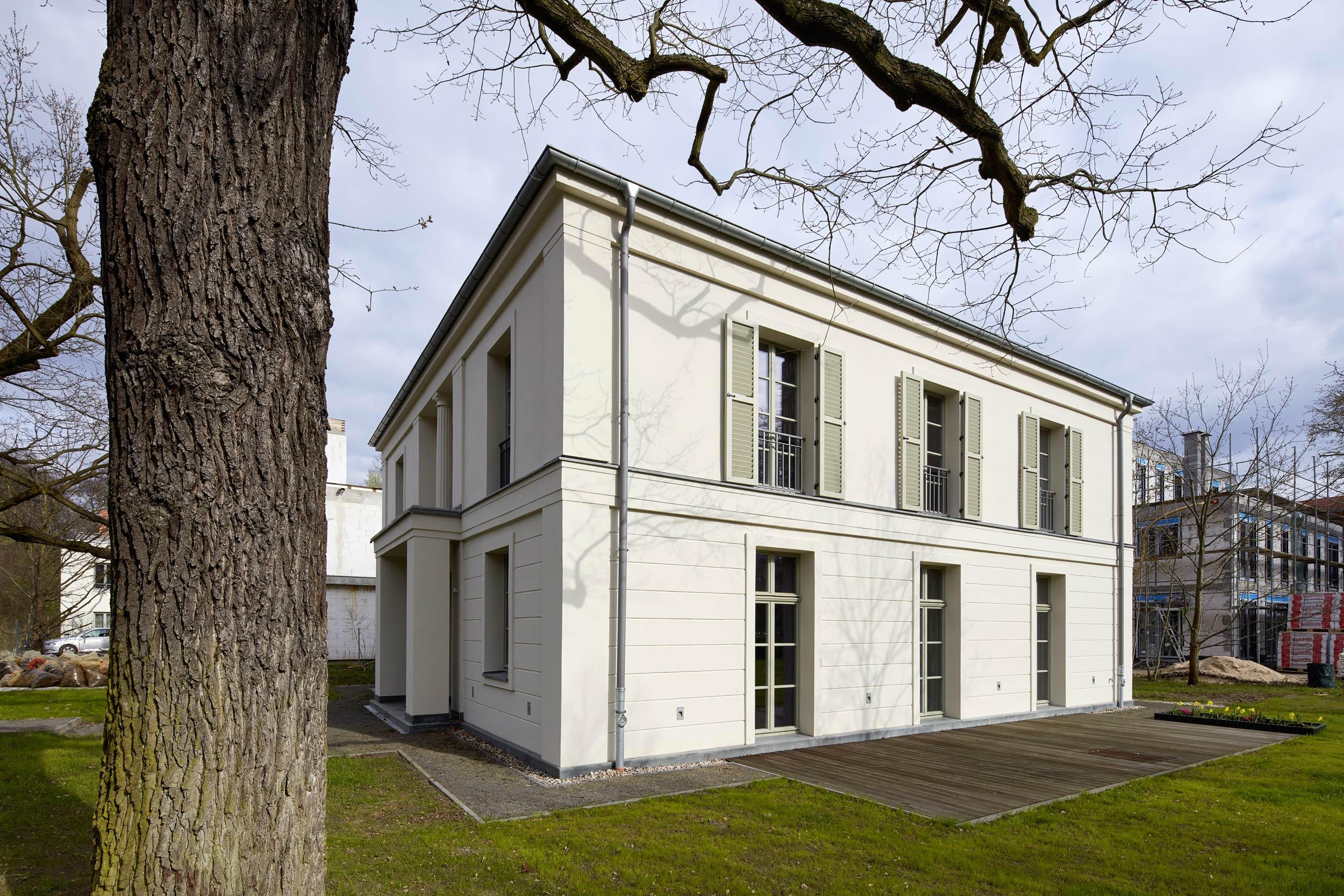 Feingliederung durch Gesimse und Bossenputz - Villa in klassisch traditionellem Stil