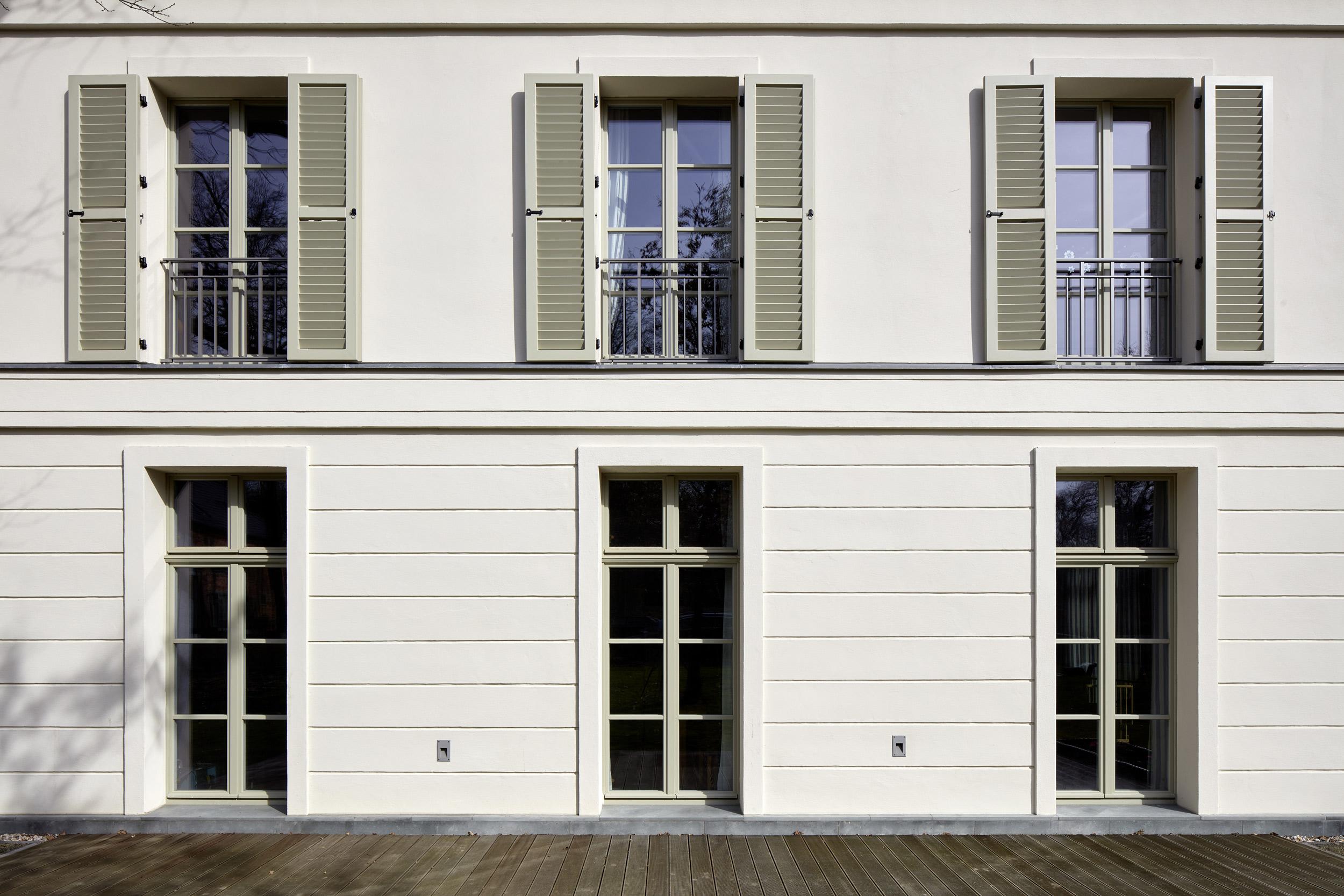 Historische Fensterläden und gesprosste Fenster - Villa in klassisch traditionellem Baustil