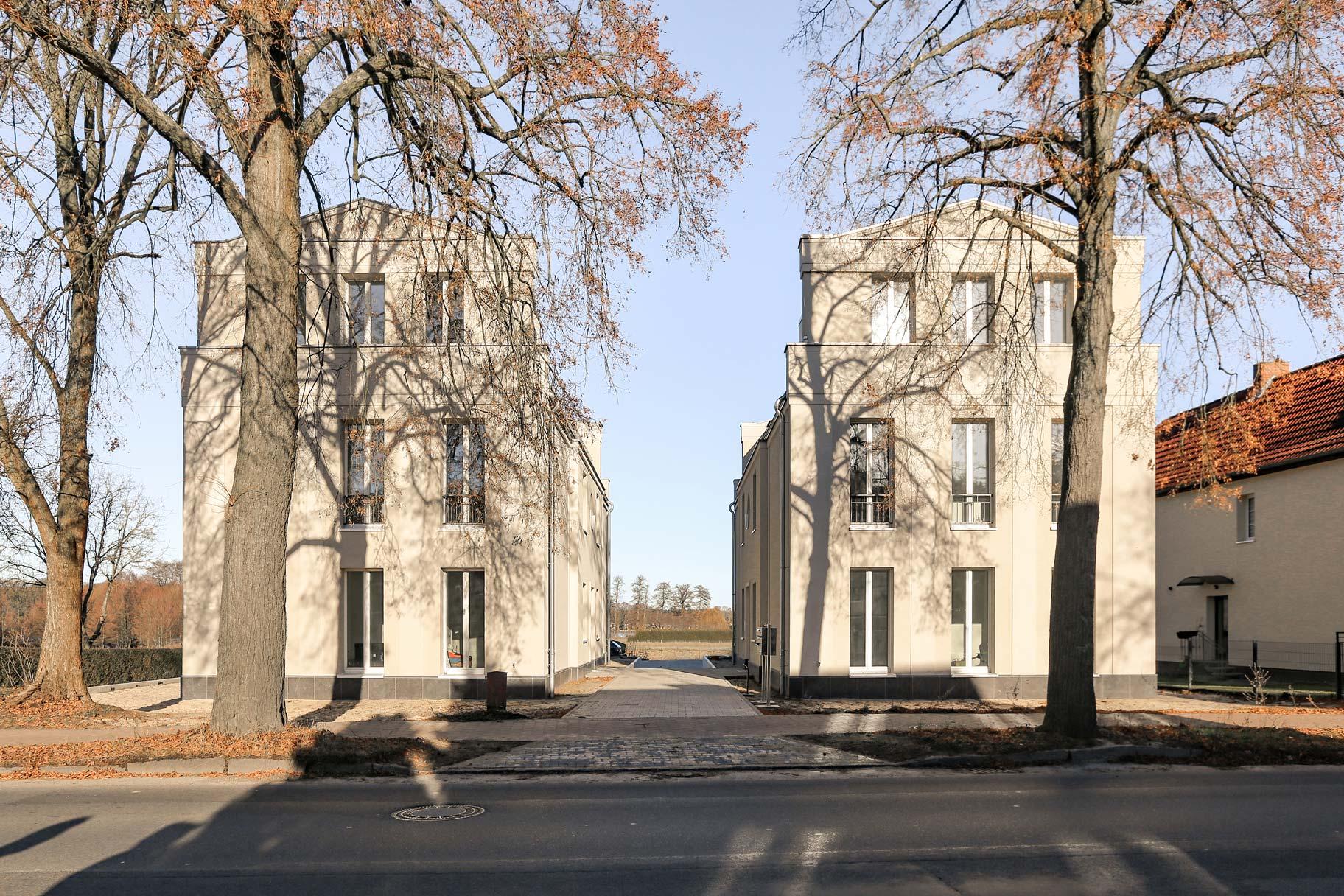 Neubau von Eigentumswohnungen im traditionellen Stil Berlin - Die beiden Mehrfamilienwohnhäuser liegen an einer Piazza.