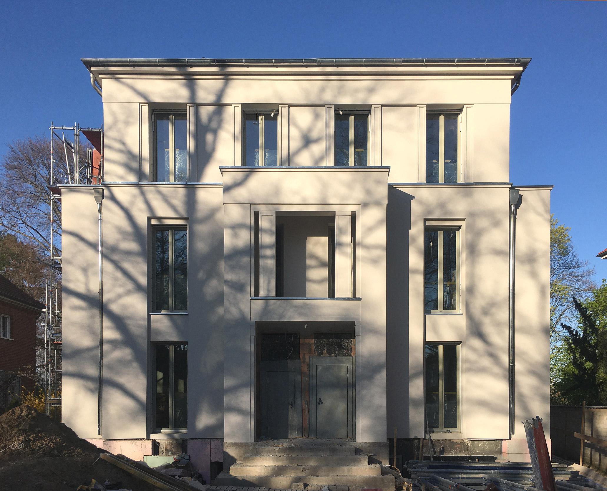 In Berlin-Dahlem wurden exklusive Eigentumswohnungen mit 5 Zimmern auf zwei Etagen realisiert.