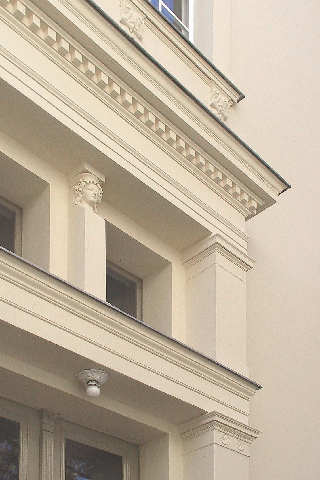 Das Eingangsportal verziert zwischen den Oberlichtern eine Karyatide.