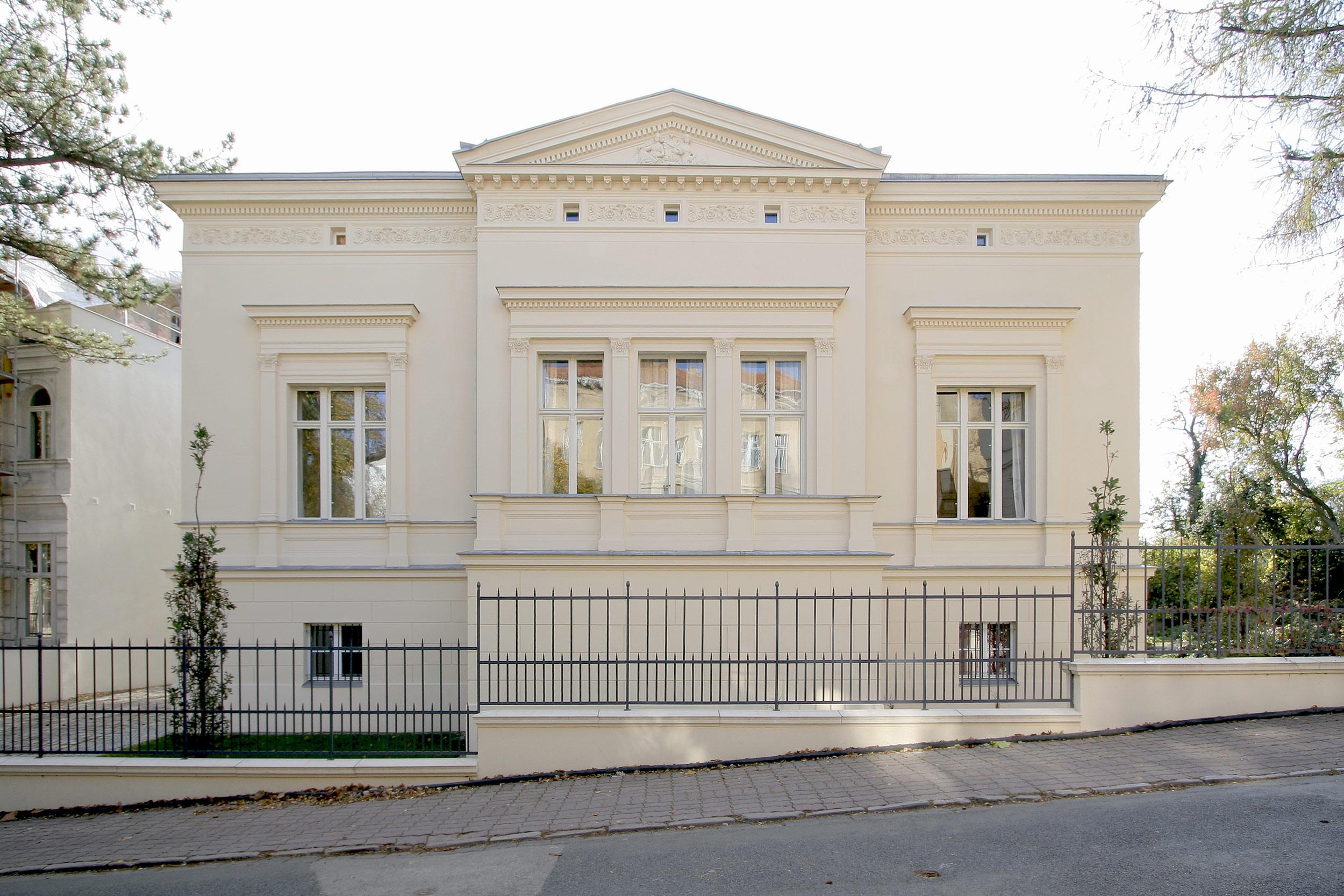 Die Straßenfassade der klassizistischen Villa eines Schülers von Persius in Potsdam